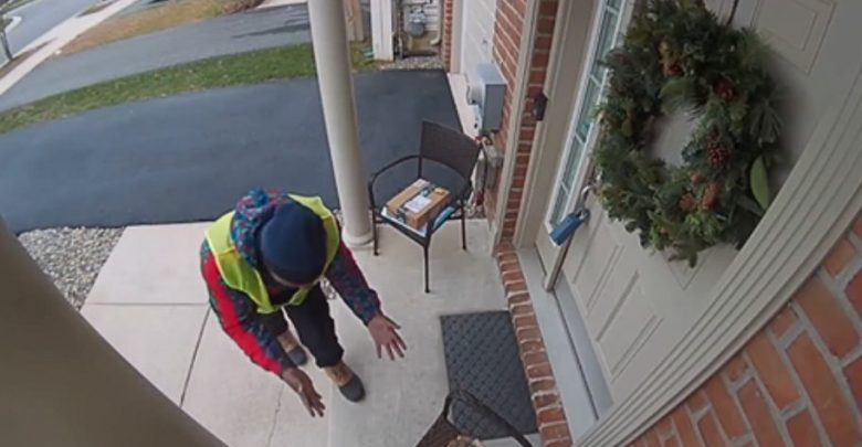 Una signora lascia fuori dalla porta una sorpresa per il ragazzo che fa una consegna Amazon