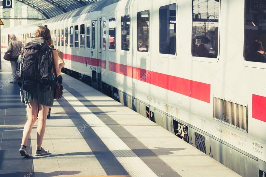 Si incontrano in treno e lui prima di scendere le scrive un messaggio su un foglio di carta e glielo da, lei quando legge va su tutte le furie