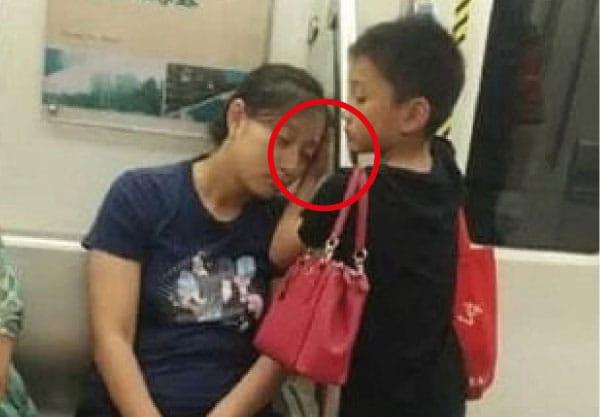 Un bambino viaggia in un mezzo pubblico con la mamma che si addormenta e lui per tutto il tempo rimane in piedi a farle da cuscino.