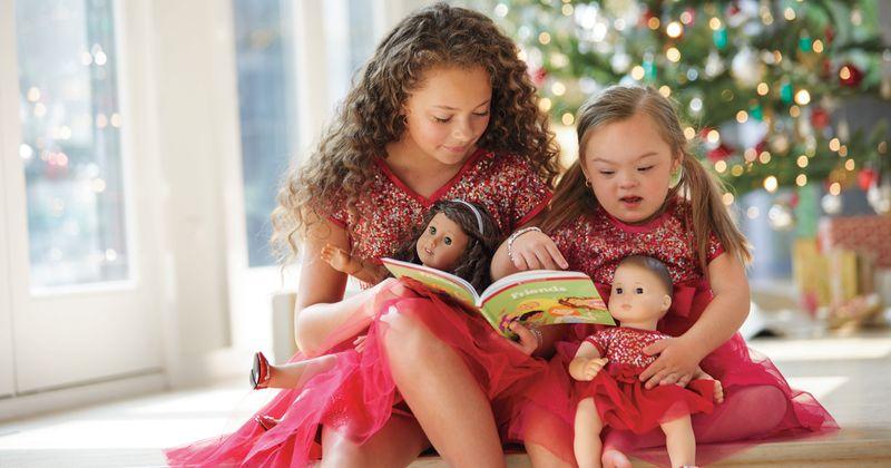 Bimba con la sindrome di down pubblicizza una bambola