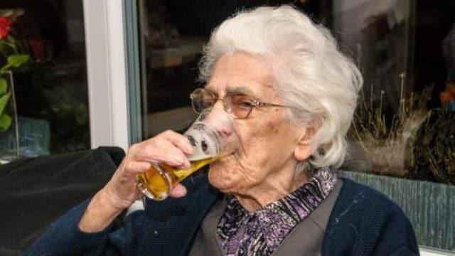 Donna di 97 anni in perfetta salute rivela il suo segreto, bevo 22 birre al giorno.