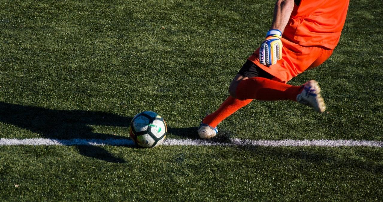 Troppi calci al pallone con la testa portano la demenza, ai ragazzini vanno vietati