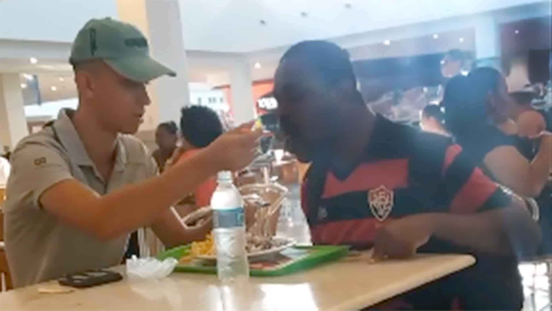 Stagista in un fast food porta l'ordinazione ad un cliente e quando capisce che ha difficoltà a mangiare da solo lo imbocca