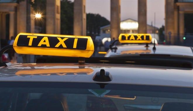 Giovane coppia dimentica in un taxi 250 mila euro, il tassista li restituisce per 12 euro
