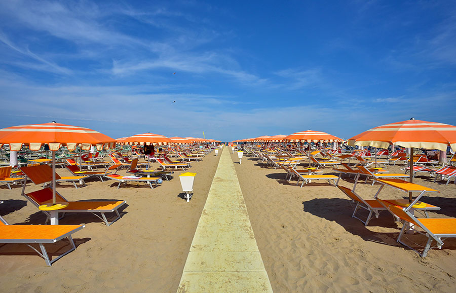 Va in spiaggia, si ricopre di sabbia per mimetizzarsi e ruba portafogli e cellulari a chi si trova lì