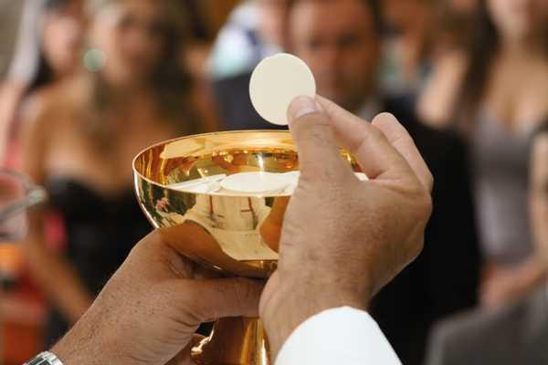 Durante la comunione, donna nel prendere l'ostia morde il dito del sacerdote, le urla del prelato sono disumane