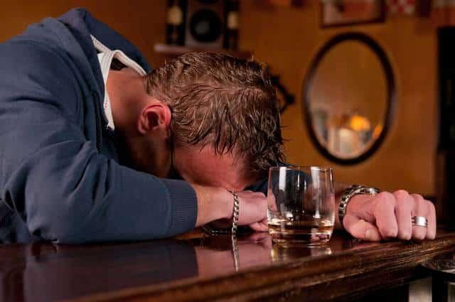 Si ubriaca e perde i sensi, l'amico al risveglio gli dice che è stato in coma per dieci anni per farlo spaventare e non farlo bere più