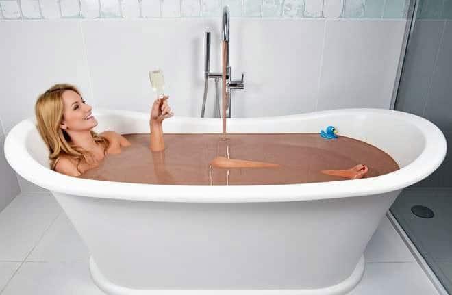 Per dimostrare il suo amore regala alla fidanzata un bagno nel latte di cioccolato e fa installare una vasca da bagno dal costo di 12 mila euro