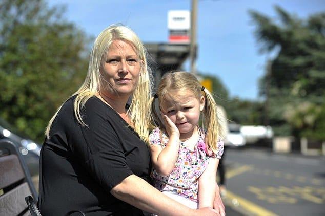 Madre e figlia piccolissima salgono su un bus e pagano il biglietto con gli spiccioli, ma l'autista compie un gesto folle, chiama la Polizia