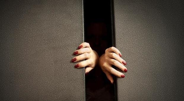 Rimane bloccata in ascensore venerdì e non se ne accorge nessuno, la ritrovano domenica