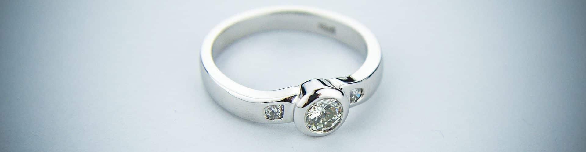 L'anello di diamanti finisce tra la spazzatura e quando se ne accorge rovista tra i rifiuti, cosa accade