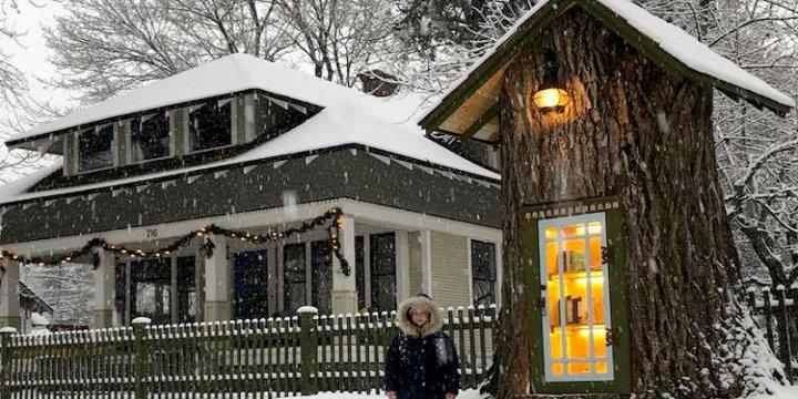 Una donna fa un'opera straordinaria, trasforma un albero in una biblioteca