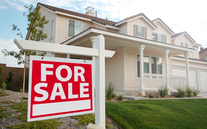 Mette in vendita la casa e sul cartello specifica il motivo che lascia a bocca aperta