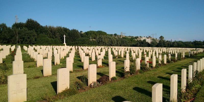 Va al cimitero a trovare una cugina e quello che vede la fa scappare via