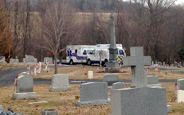 Va a visitare la suocera al cimitero in compagnia della moglie, ma muore schiacciato sotto la sua lapide