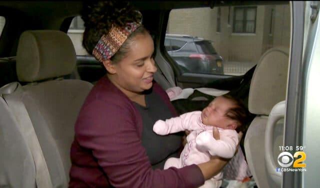 Allatta la sua bambina di un mese in macchina e le fanno la multa