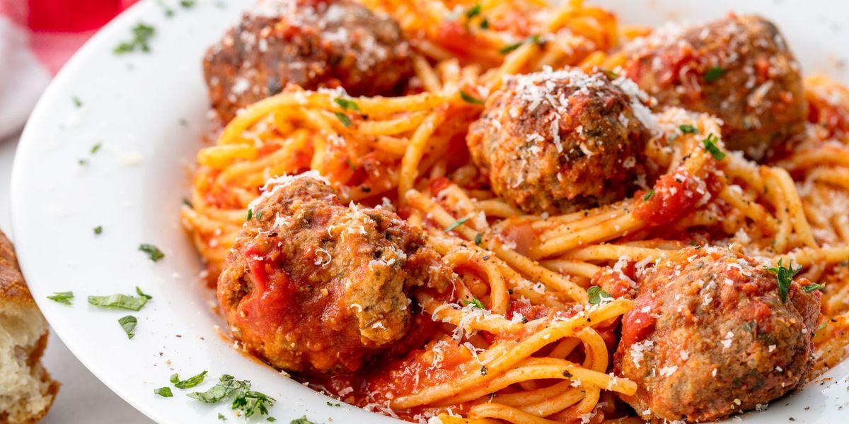 Il suo coinquilino si mangia il suo piatto di spaghetti preferito, lei per vendicarsi gli dà fuoco