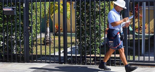 Il postino fa il solito giro per consegnare la posta e vede un bambino di due anni fuori casa da solo, capisce che è accaduto qualcosa di grave e si precipita in casa