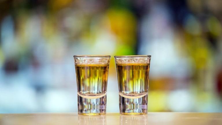 Ragazza va al bar con le amiche per bere un cocktail ma le esplode in faccia