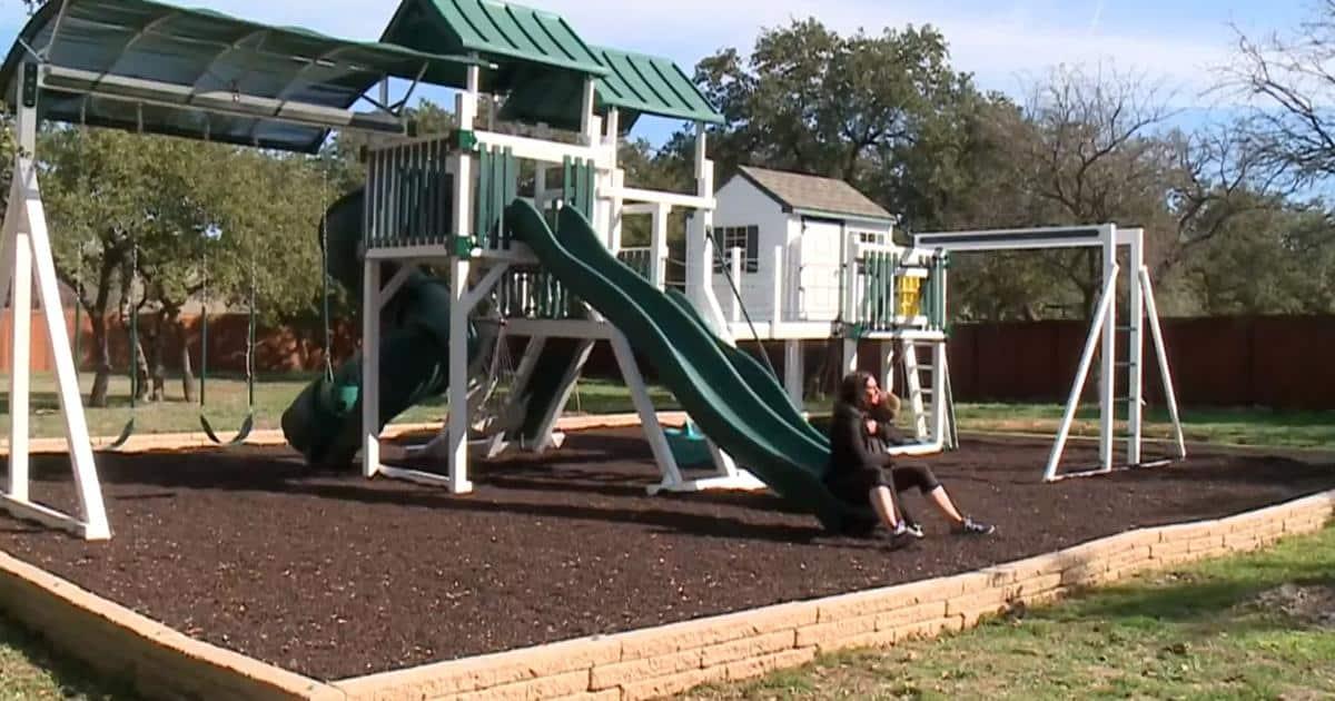 Costruiscono nel giardino di casa un parco giochi per il figlio terminale ma il vicino fa loro causa
