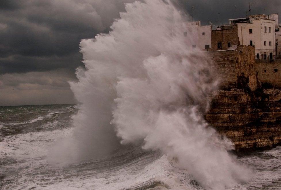 Polignano sovrastata in queste ore da onde maestose, spettacolo e paura nella città di Domenico Modugno