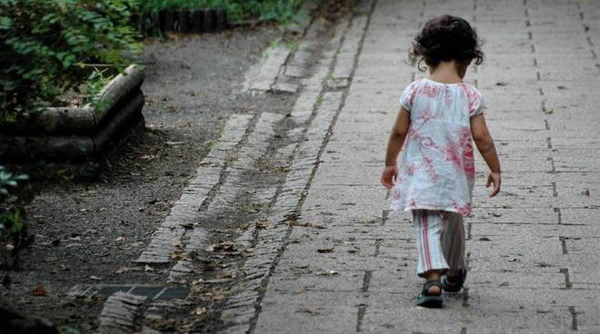 Una bambina di 4 anni cammina di notte da sola e spinge un carrello pieno di giocattoli, alcuni tassisti la vedono e corrono in suo aiuto