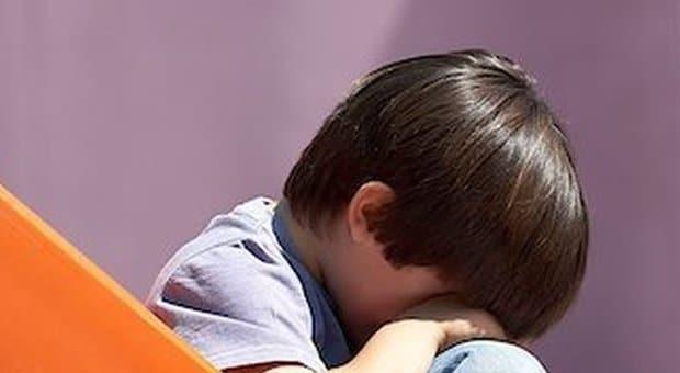 Una donna che non vede il fratello da anni bussa alla sua porta e gli lascia il figlio di tre anni dicendo che va a ricoverarsi, lui chiama i servizi sociali e si sbarazza del bambino