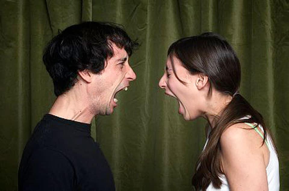 Non mettere mai il dito tra moglie e marito, un uomo lo mette e viene denunciato