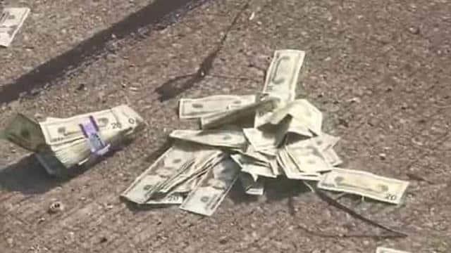 Portavalori perde soldi per la strada, traffico in tilt , gli automobilisti provano a prendere i soldi