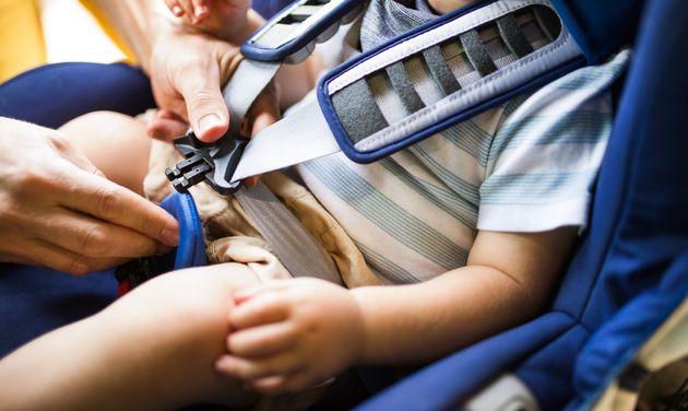 Ragazzino di dodici anni vede un neonato in macchina che piange disperato, rompe il parabrezza e lo salva