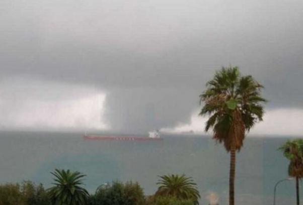 Tromba d'aria a Bari, vento fortissimo in tutta la città paura tra la gente