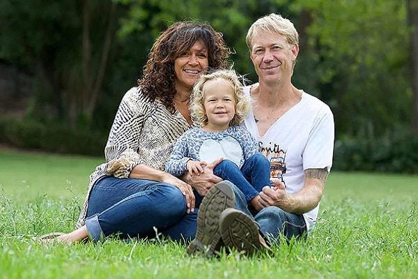 Si sottopone all'inseminazione assistita, rimane incinta e vuole conoscere il donatore, si innamorano e si sposano