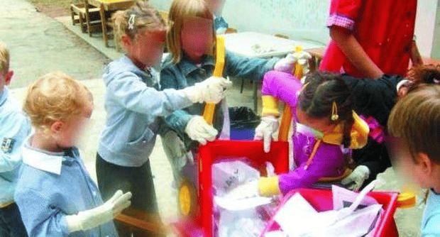 Sbaglia zainetto da dare alla bambina e la manda all'asilo con 250 bustine di eroina, la bambina le distribuisce agli amichetti