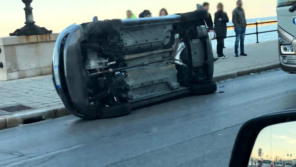 Bari, incidente sul lungomare, auto si ribalta vicino caserma Carabinieri