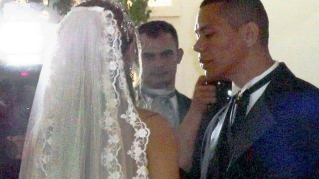 Durante la festa del suo matrimonio ha in tasca un bicchiere di vetro, scivola e le schegge gli causano una fortissima emorragia