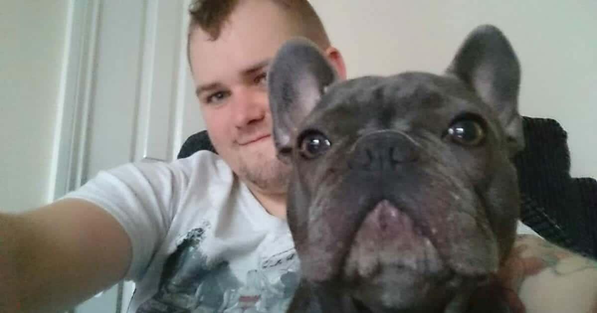 Dopo otto anni  di lotta contro il cancro muore a soli 25 anni, il suo cane dopo 15 anni viene colpito dalla sindrome del cuore spezzato