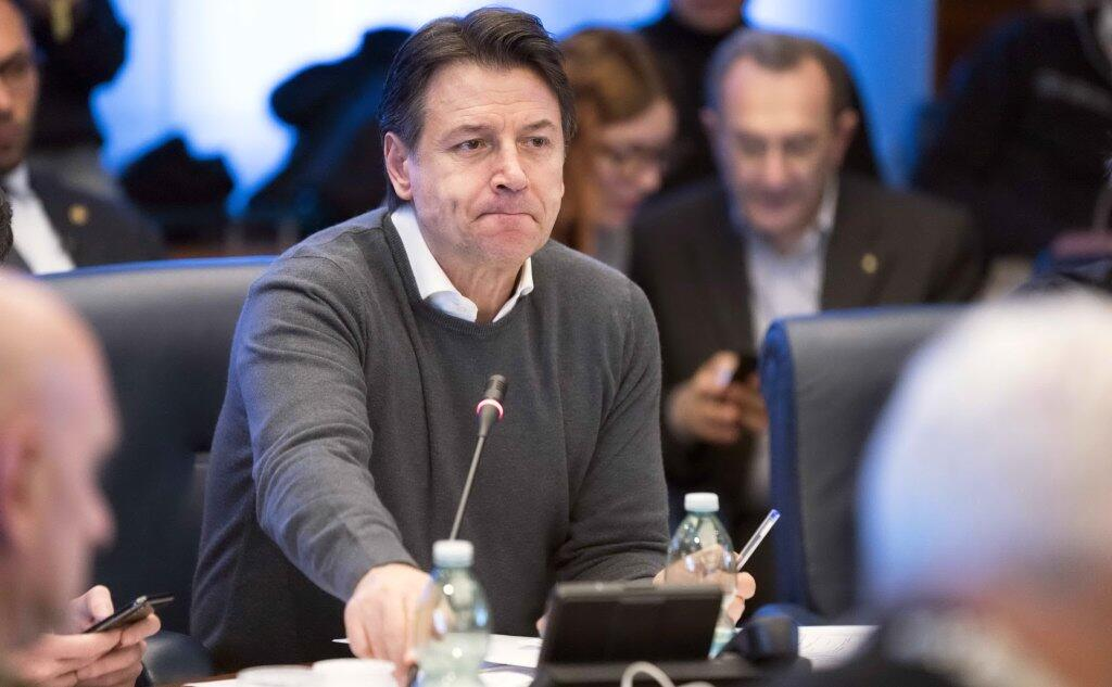 """Coronavirus, Giuseppe Conte e l'economia italiana """"È il momento di abbassare i toni, dobbiamo fermare il panico""""."""