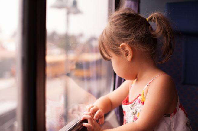 Prende il treno con la sua bambina di 4 anni, si addormenta e quando si sveglia la bambina non c'è più