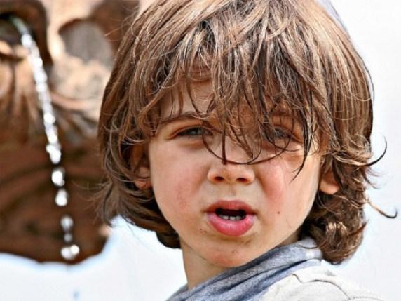 Bambino con i capelli lunghi va all'asilo, il preside dice ai genitori, o li taglia o si vestisse da bambina