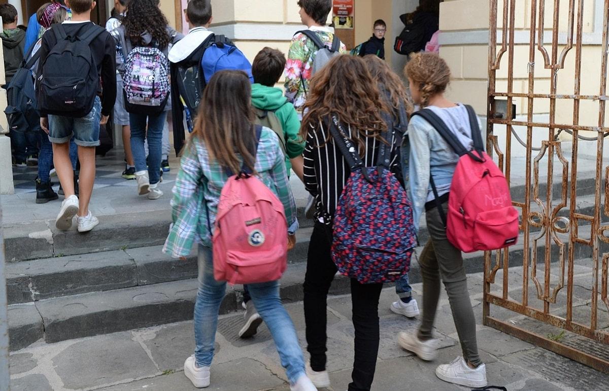 La mamma accompagna la bambina a scuola e questa le chiede di essere lasciata all'angolo della scuola, la mamma si insospettisce e infatti scopre qualcosa che non immaginava