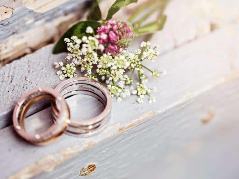 Arriva il giorno delle nozze ma sull'altare al testimone accade qualcosa di incredibile, tutti i presenti scoppiano a ridere