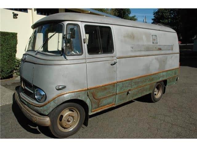 Donna deve riparare il furgoncino ma non ha i soldi per farlo, quando incontra una persona che l'aiuta decide immediatamente di ricambiare il favore