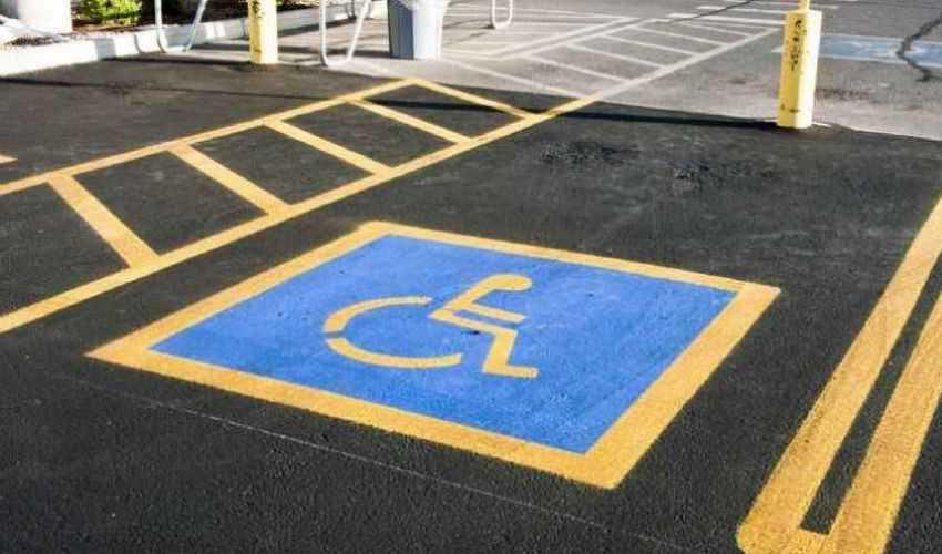 Parcheggia la sua auto sul posto destinato ai disabili e per lei c'è una punizione che non dimenticherà per tutta la vita