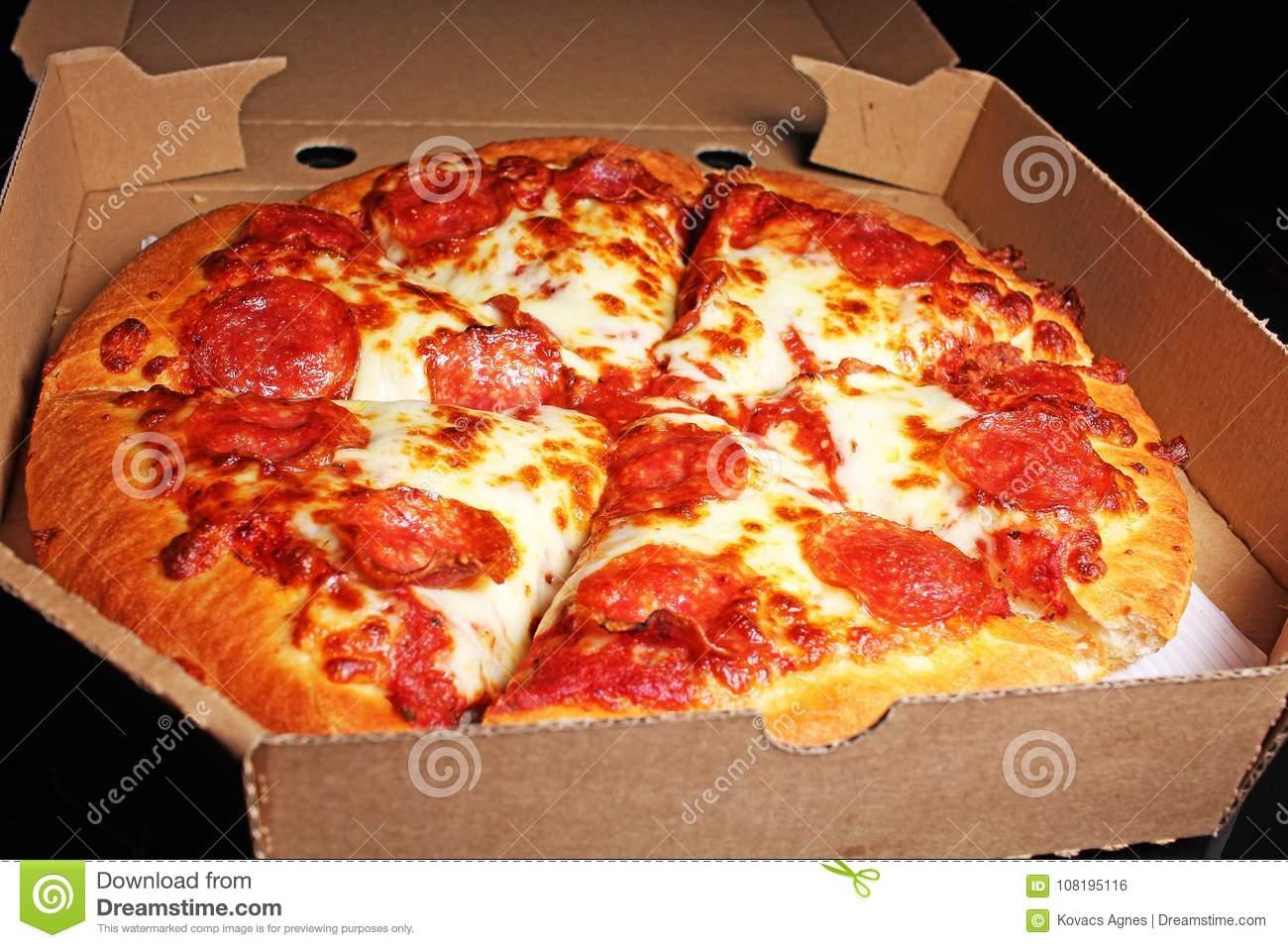 Un ragazzo che consegna pizze capisce che in una casa c'è qualcosa che non va e interviene salvando una donna
