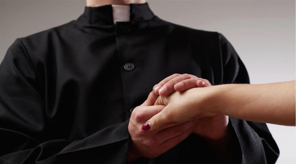 Perde la testa per il prete, durante la messa sale sull'altare