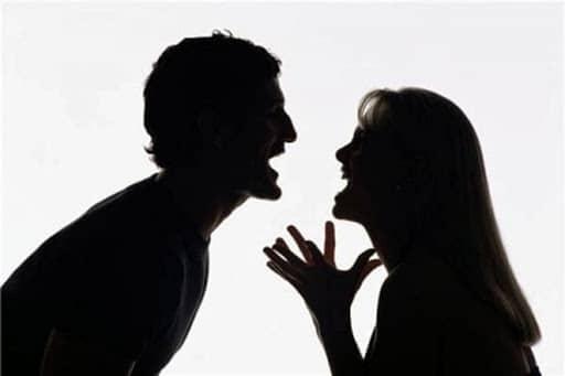Il fidanzato non le dà le attenzioni che lei vuole e lei si vendica in un modo terribile