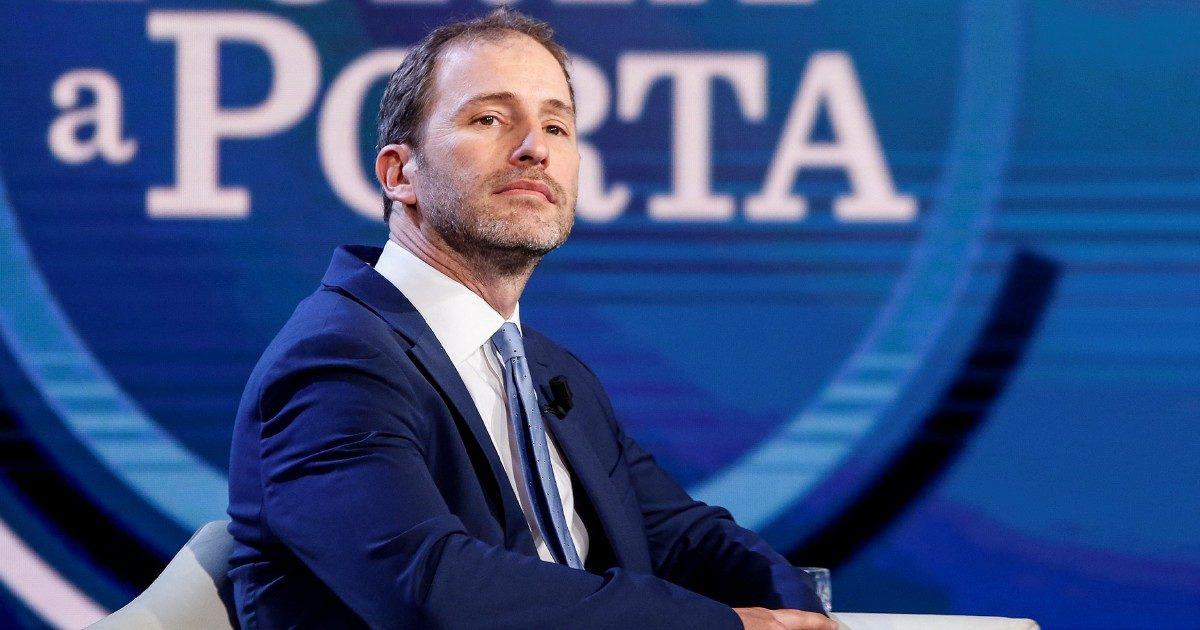 Davide Casaleggio da Bruno Vespa deride i ribelli del M5S, la replica seccata di alcuni senatori grillini