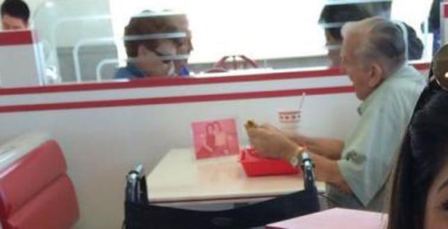 Uomo va a mangiare ogni giorno al fast food e fa un gesto che commuove il web