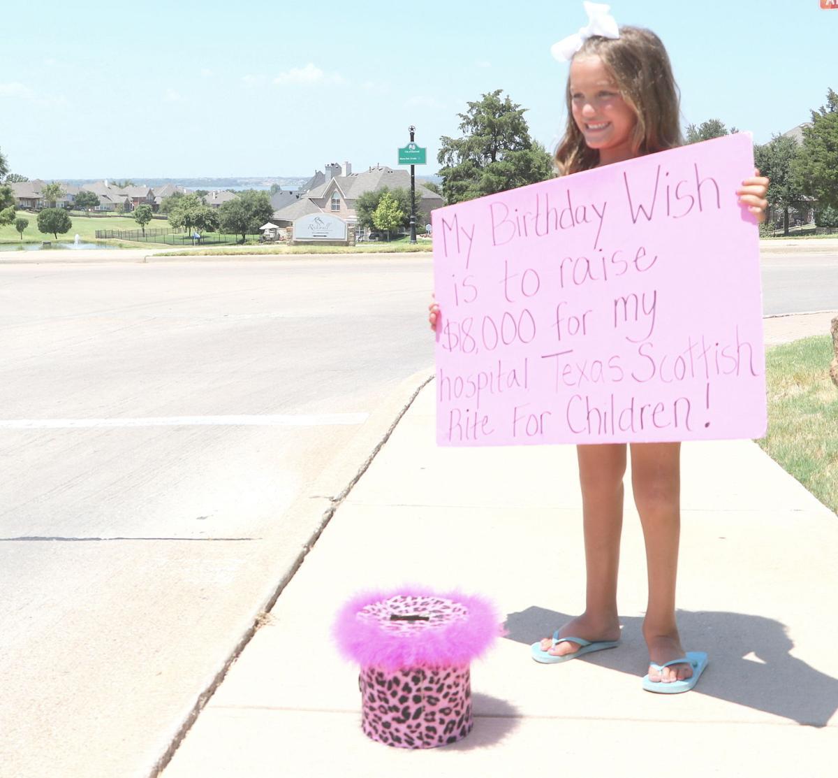 Una bambina di otto anni è tornata a casa con tantissimi soldi e ha spiegato ai genitori, li ha avuto tenendo un cartello per strada