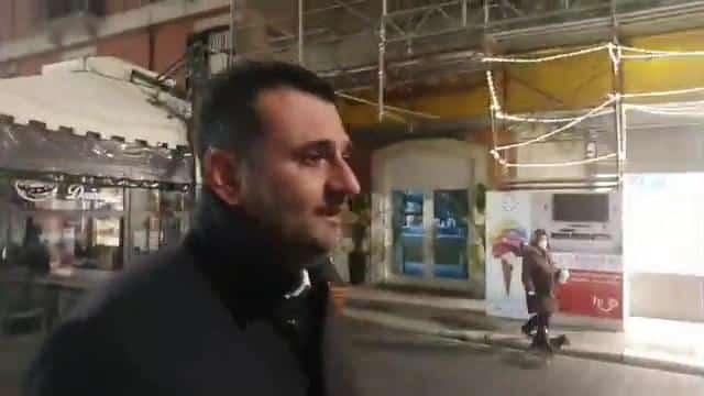 """Coronavirus a Bari, Decaro passeggia tra le strade vuote della città e non riesce a trattenere le lacrime, poi l'orgoglio di un barese """"Ce la faremo"""""""